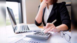 Mujer revisa sus finanzas
