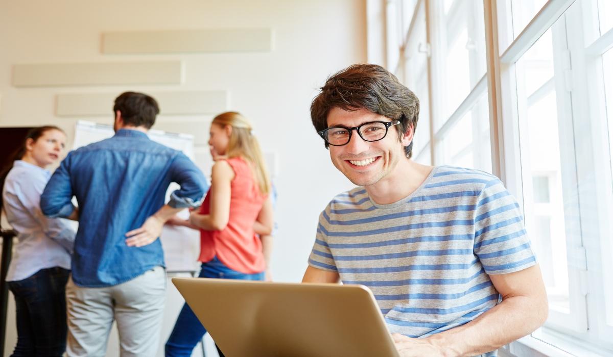 Grupo de jóvenes en salón de clases