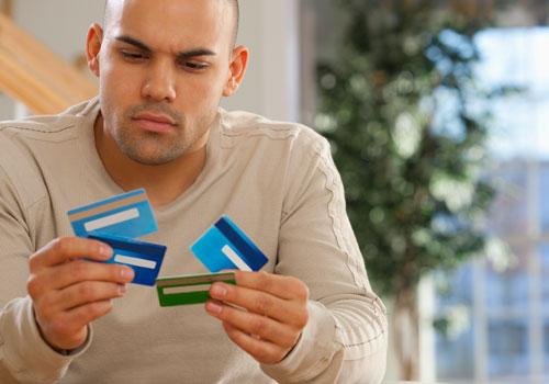 Hombre con varias tarjetas de crédito