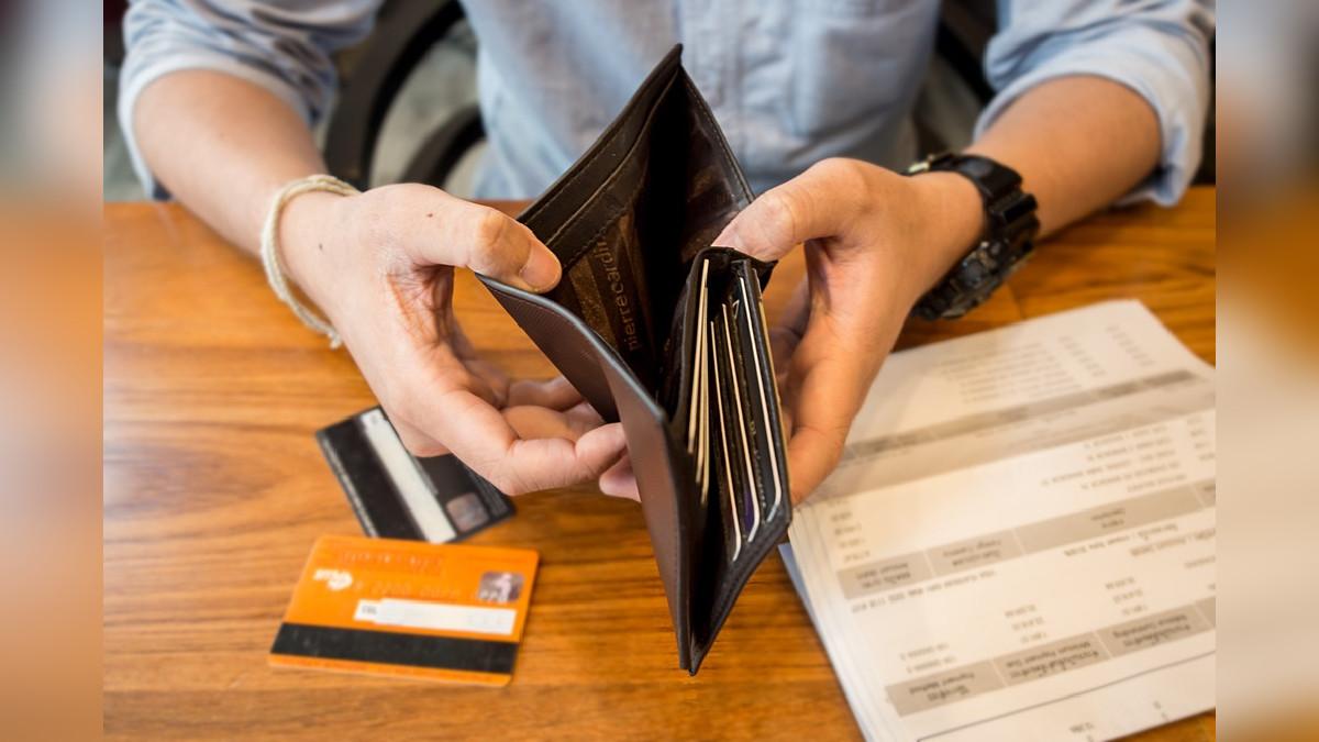 Hombre revisa su cartera