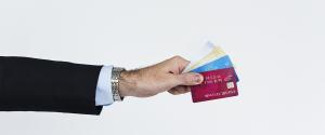 Mano sostiene una tarjeta de crédito
