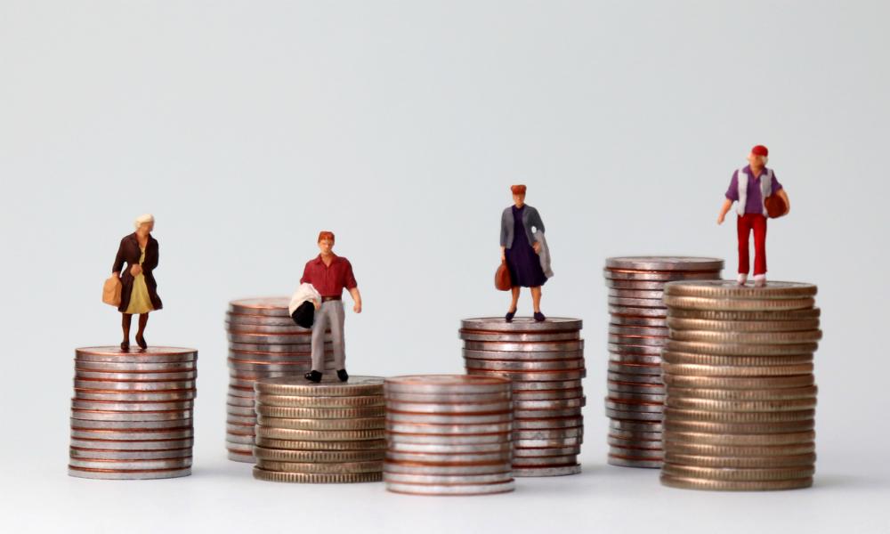 Pila de monedas y personas