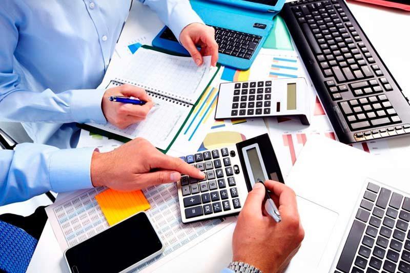 Hombres revisan contabilidad