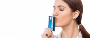 Mujer besando su tarjeta de crédito