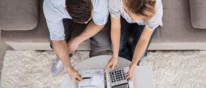 Pareja revisando sus finanzas