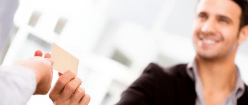 Hombre entregando su tarjeta de crédito