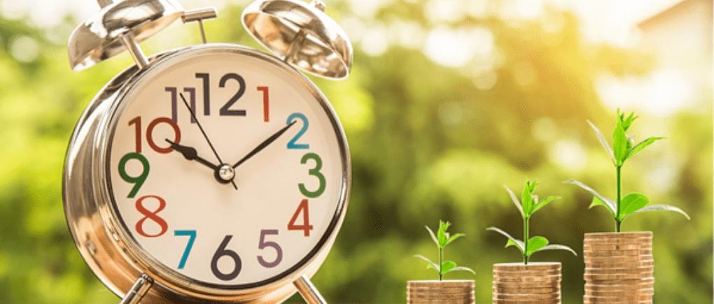 Reloj con una fila de monedas