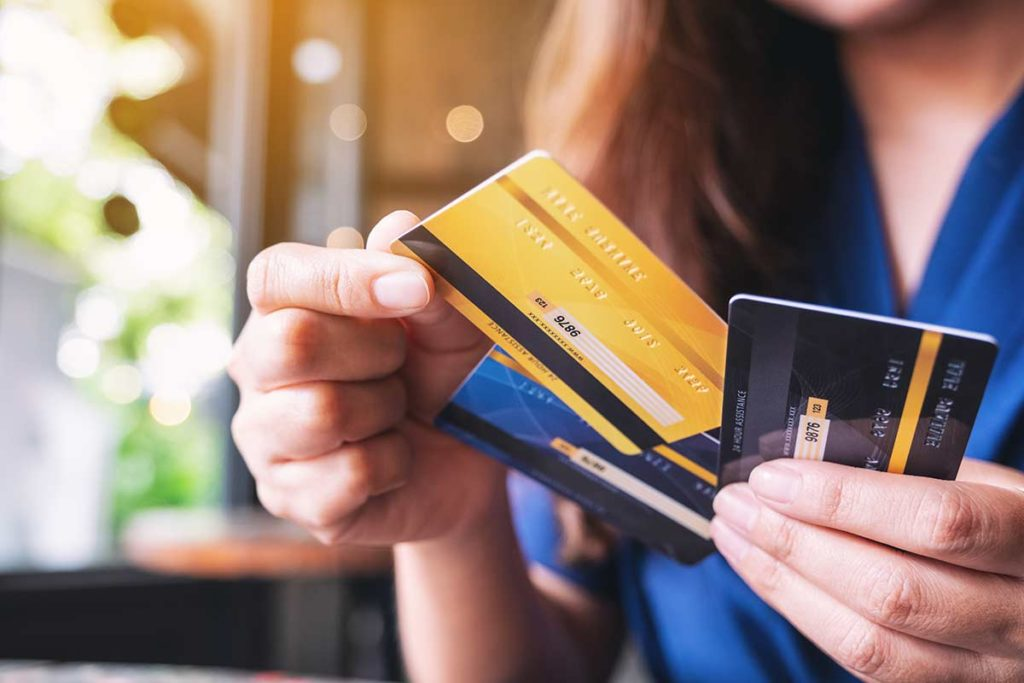 Mujer usando tarjeta de crédito