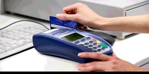 Persona pagando con tarjeta de crédito