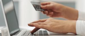 Persona revisando tarjeta de crédito