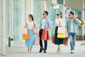 grupo de amigos comprando con su tarjeta