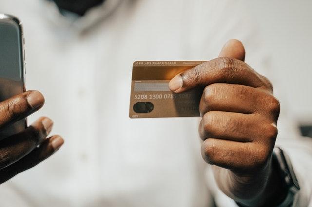 ¿Por qué debes tener 2 tarjetas de crédito?